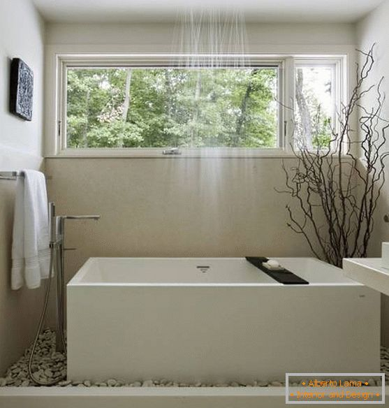 Bright, Chinese-style bathroom