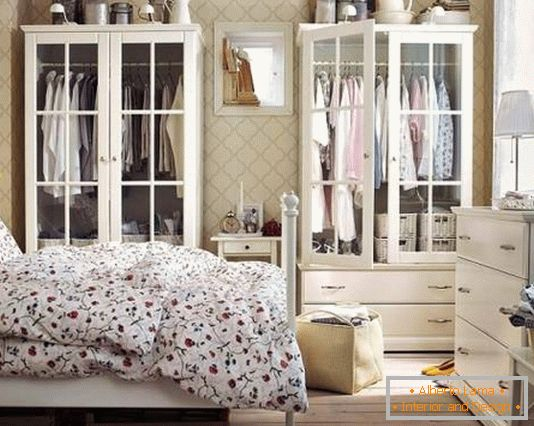 Exquisite white bedroom furniture (wardrobes and chest of drawers)