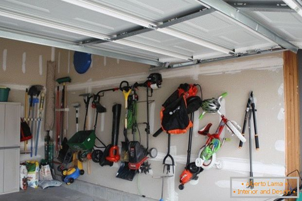 Wall-mounted storage system in the garage