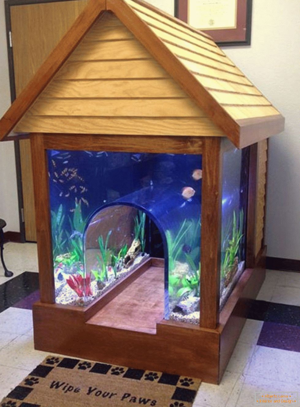 Aquarium in the form of a booth