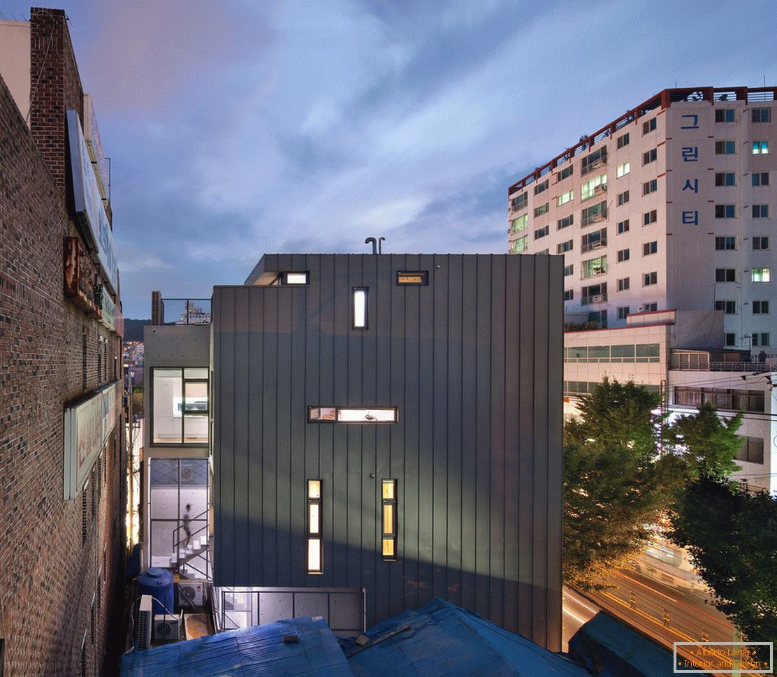 Architecture in a small square: the facade of a compact building