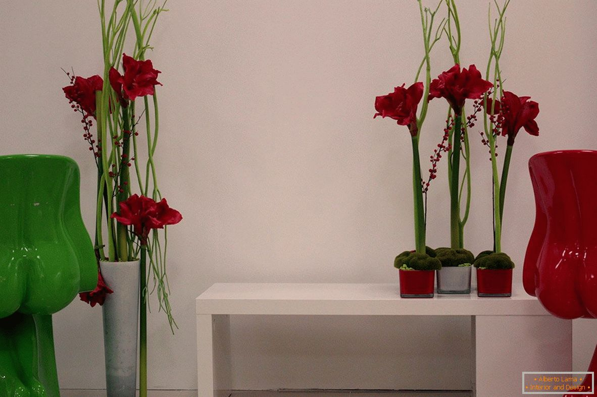 Artificial flowers in the interior of the room
