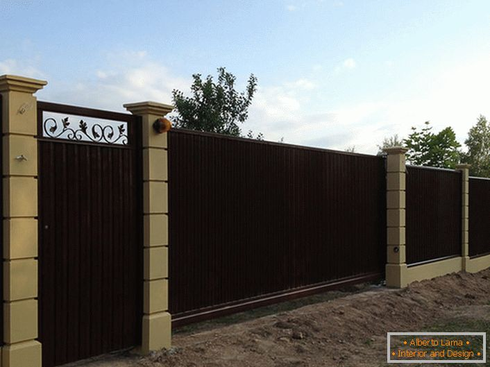 Modular fence - the most frequent choice of modern summer residents.