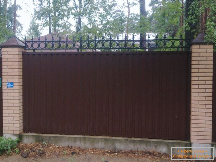 Modular fence made of corrugated board is decorated with decorative edge, which also performs certain security functions.