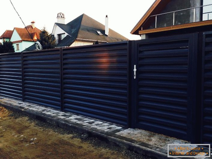 A stylish modular fence looks attractive and unassailable, such a fence will complement the exterior of any style.