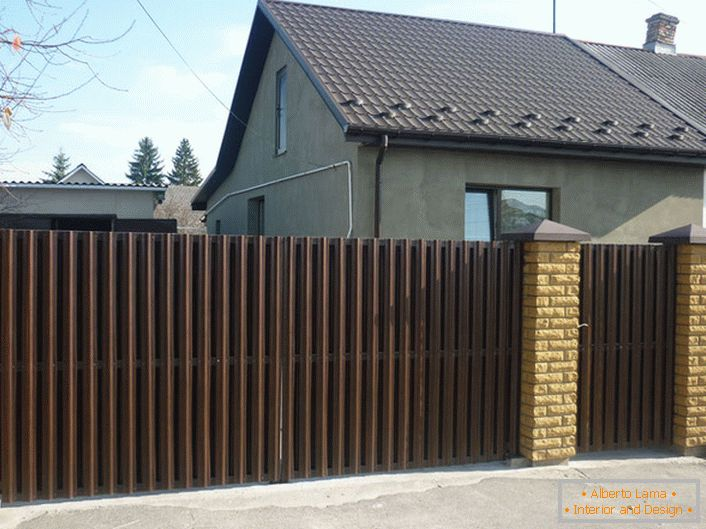 Modular fence made from corrugated board is decorated