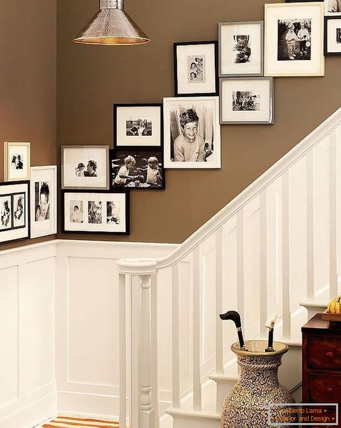 Diagonal arrangement of frames with photos at the stairs