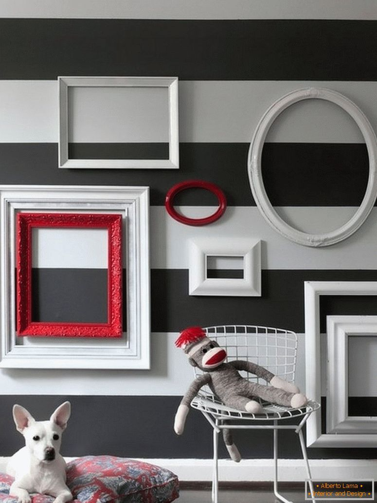 Decor with empty frames in the interior