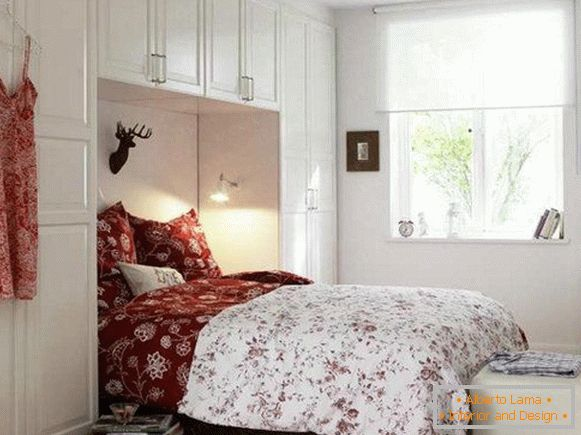 Bedroom in white with red accents