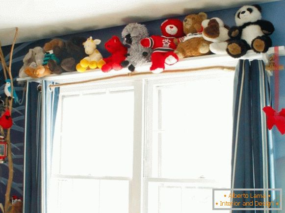 Decorating the cornice with children's toys