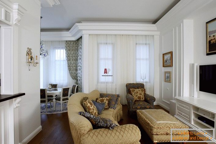 To design the guest room used light colors. Furniture beige harmoniously combined with white decoration of the walls.