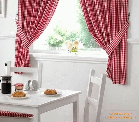 Checkered curtains in the kitchen in country style - photo in the interior