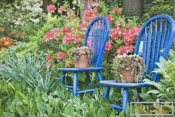 How to decorate the courtyard landscape with your own hands - photo with old furniture