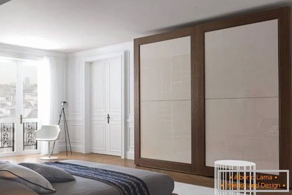 Classic white doors in the interior of the apartment - photo bedroom