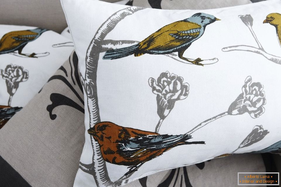 Print with birds on pillows