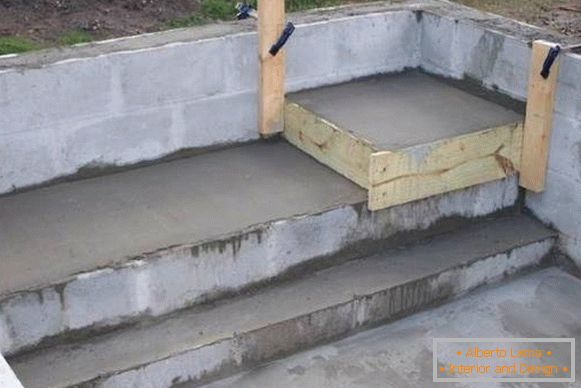Concrete pool in a private house - photo at the stage of manufacturing
