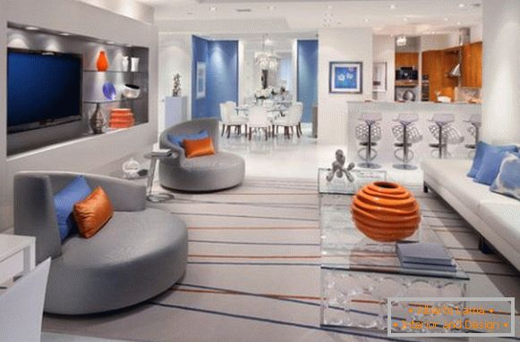 The combination of orange and blue in the gray living room