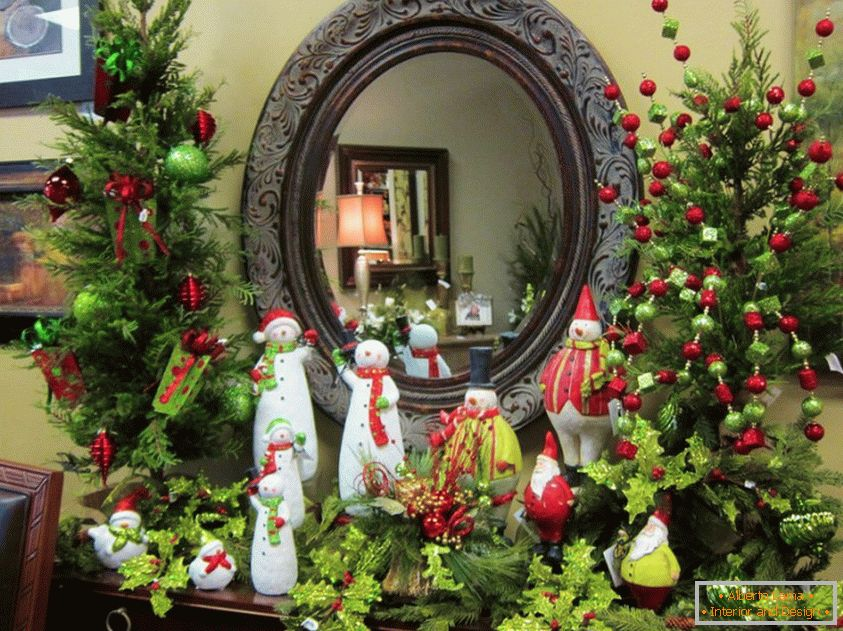 Beautiful mirror decor in the nursery with help of snowmen
