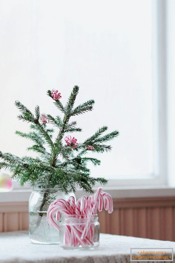 The creative idea of ​​decorating a sprig of Christmas trees
