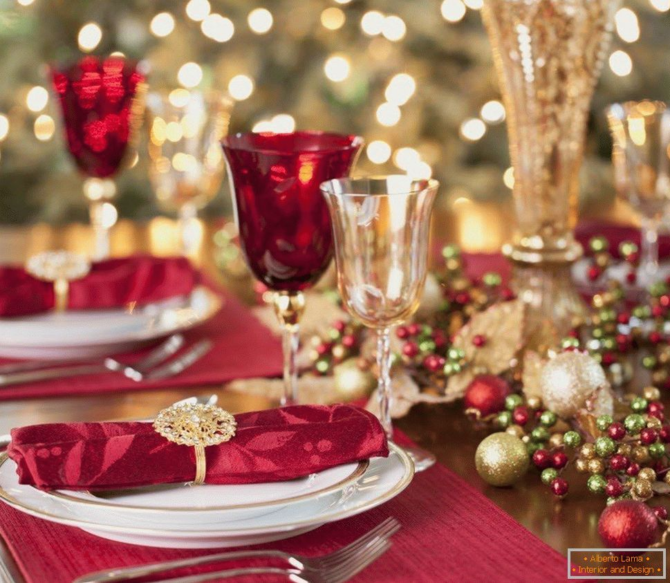 Red and golden wine glasses