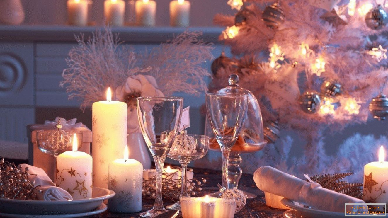 The use of candles of different sizes in the decor of the New Year's table
