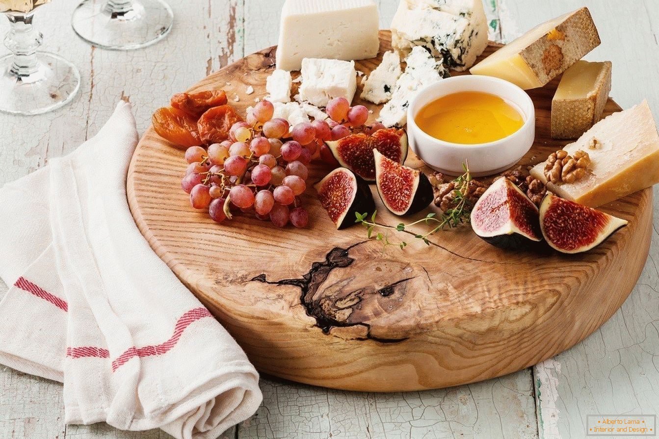 An example of how nice to serve a cheese plate with fruit