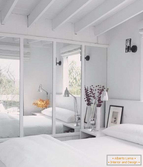 Mirrored wardrobe in the bedroom