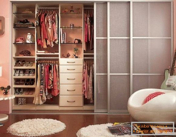 Closet compartment with thin fabric doors