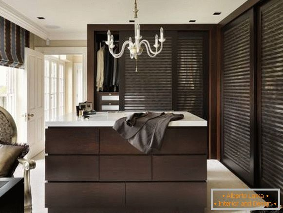 Design closet with blinds doors