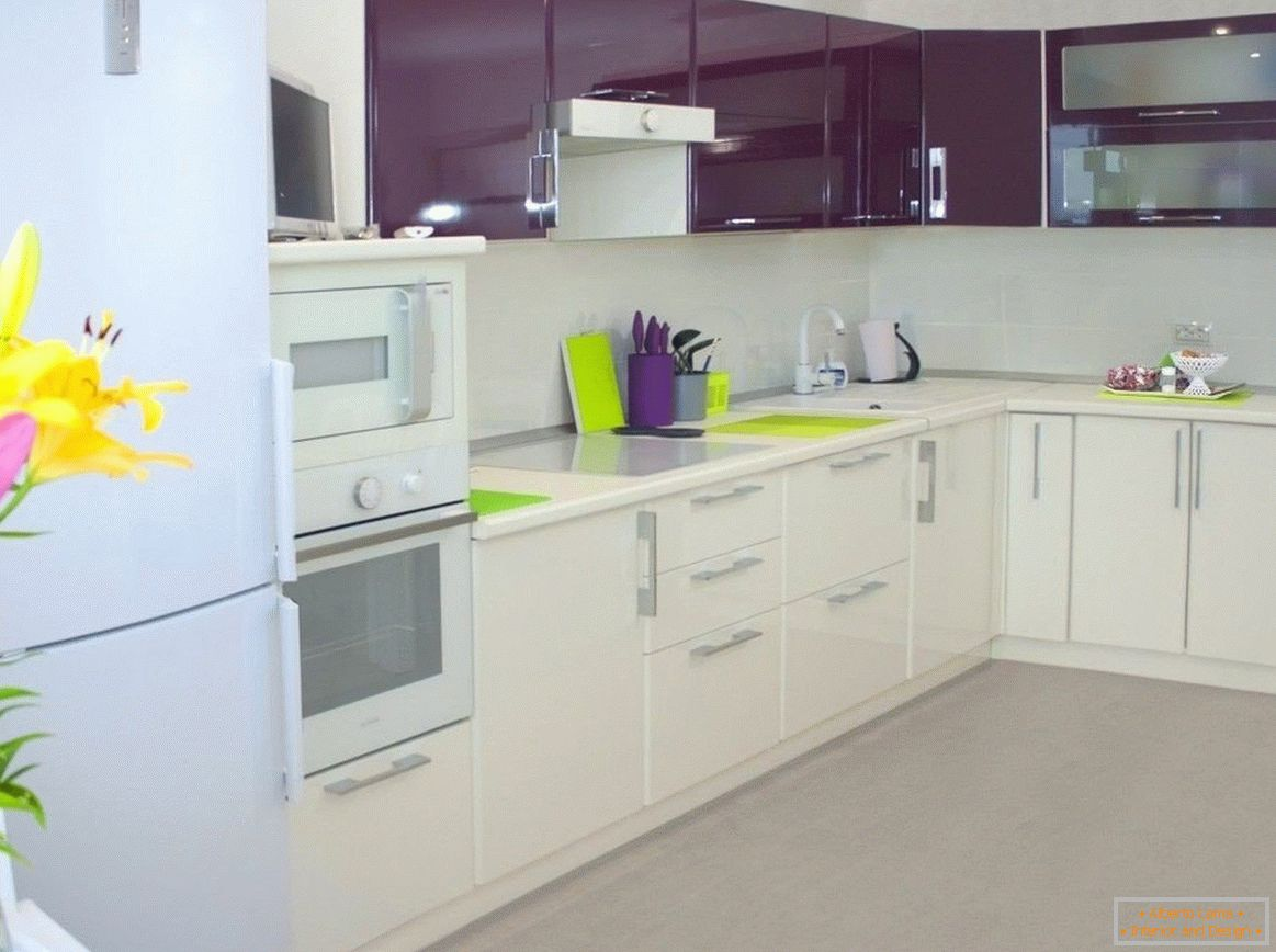 Combination of purple with white in the kitchen