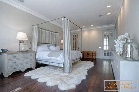 Large bedroom cheby chic with wooden floor