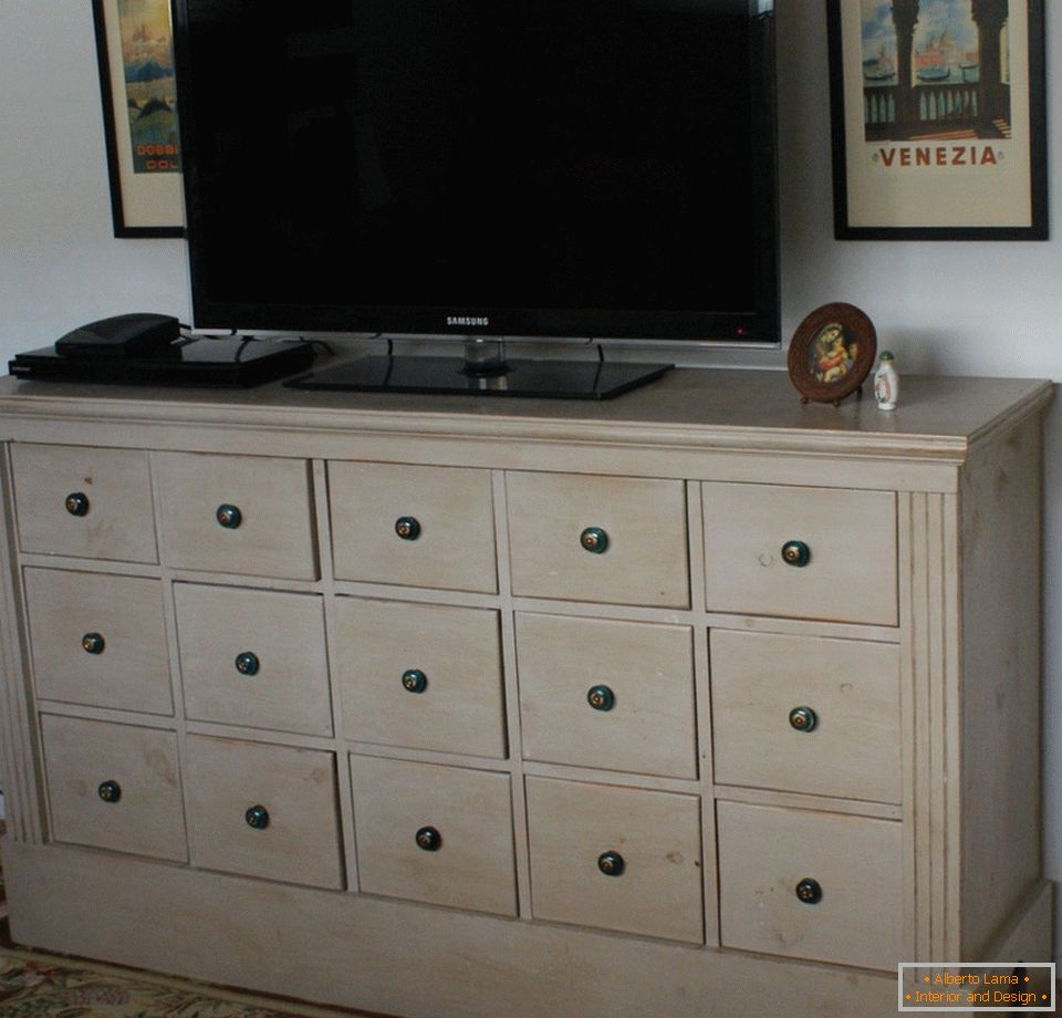Chest of drawers with drawers