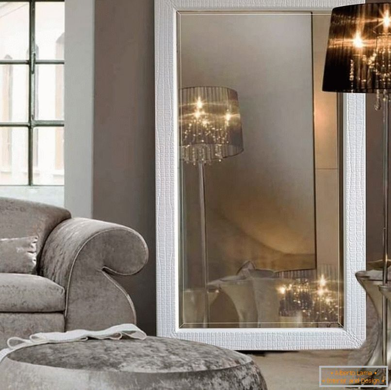A mirror and a torch in a divan