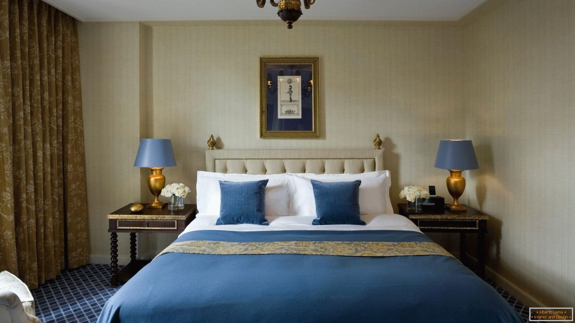 Blue and gold shades in the interior of the bedroom