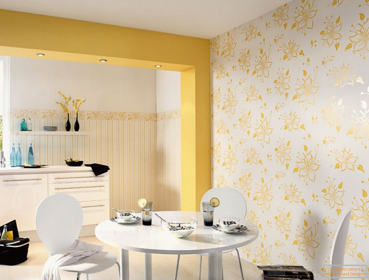Gold wallpaper in the interior of the dining room